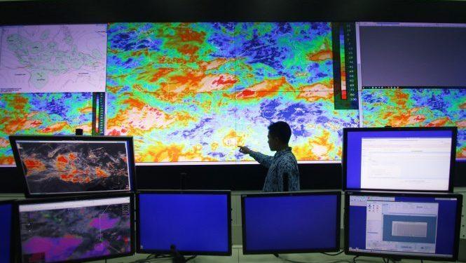 Petugas BMKG menunjukkan area pergerakan badai Siklon Tropis Cempaka di Laboratorium BMKG Kemayoran, Jakarta, Rabu (29/11). Pihak BMKG merilis peringatan level siaga cuaca ekstrem pergerakan Siklon Tropis Cempaka diperkirakan menjauh ke arah selatan pulau Jawa hingga awal Desember mendatang. ANTARA FOTO/Rivan Awal Lingga/ama/17